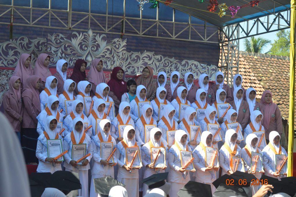 Wisudawati Santri Pesantren Putri Al-Khoirot
